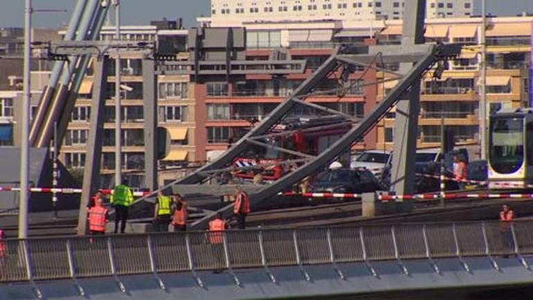 Constructie-bovenleiding-tram-knapt-Erasmusbrug-dicht